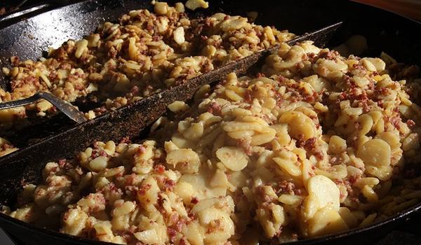 Bratkartoffeln vor Ort aus der Riesenpfanne (Kartoffelfest, Dieter Söder, Wennebostel)